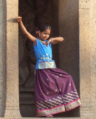 Tapınakta poz veren bir kız