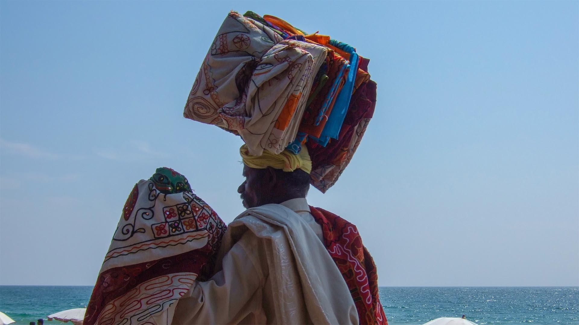 Plajda bir pareo satıcısı