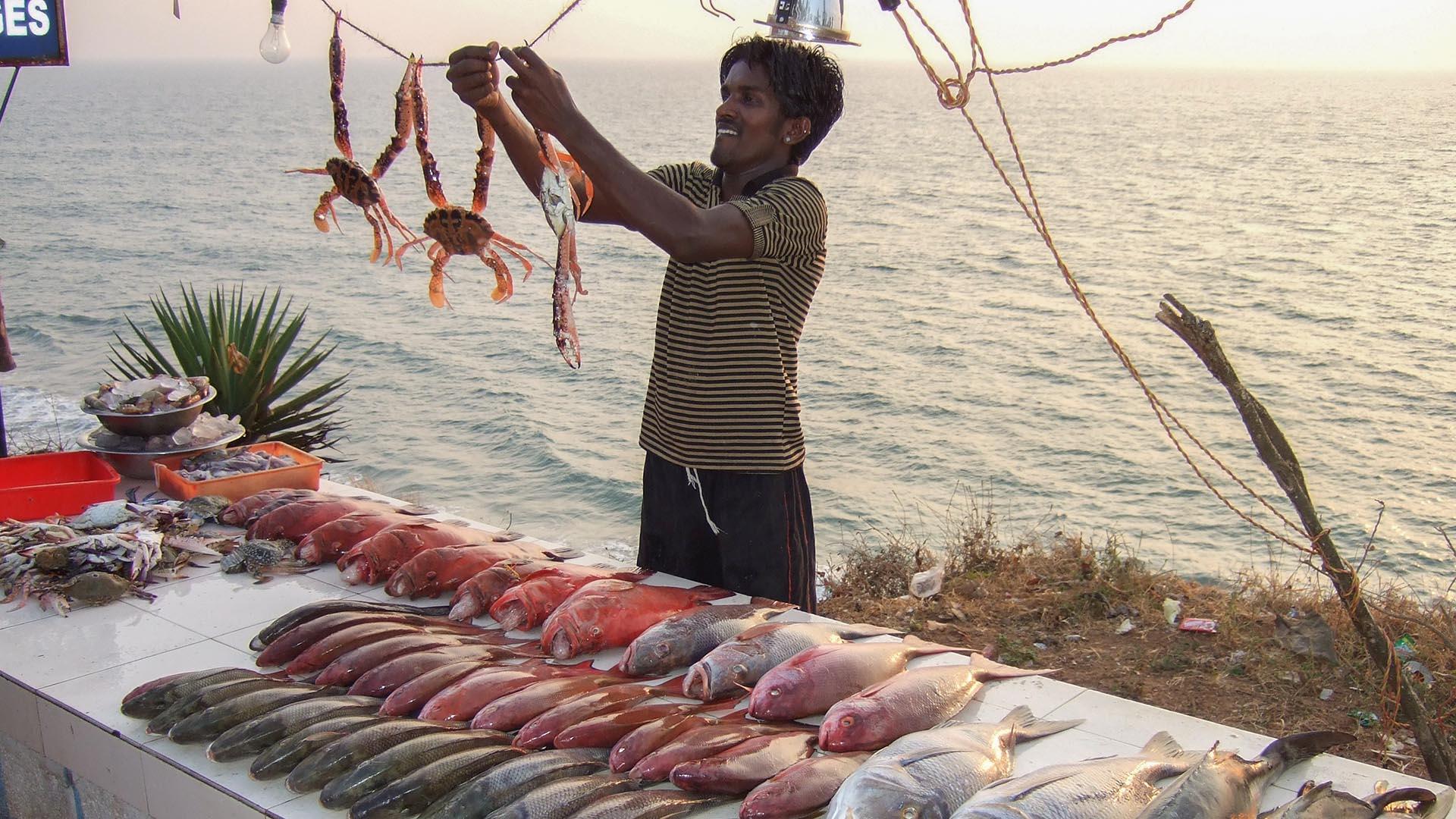 Akşam olunca balık tezgahları kuruluyor