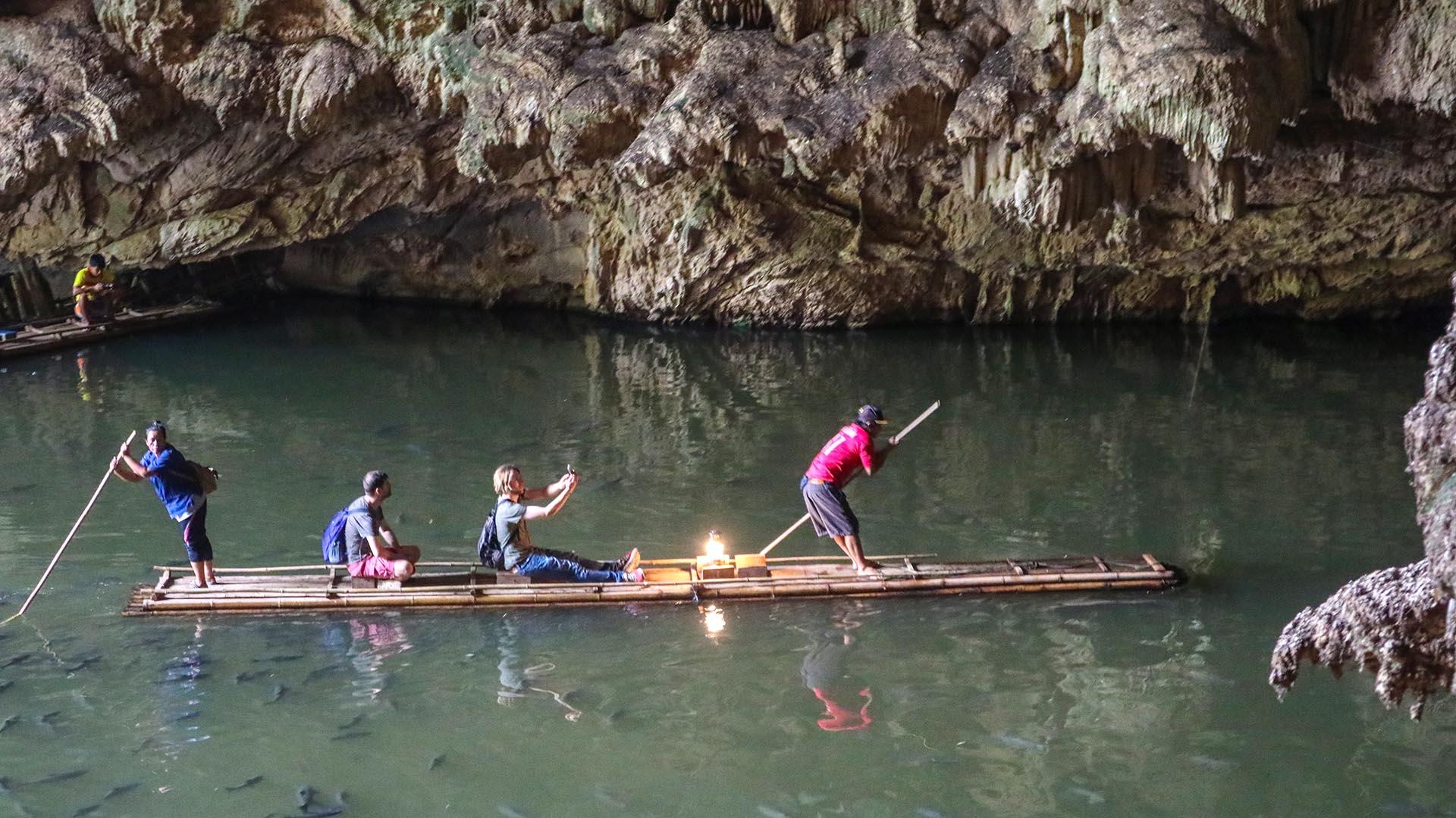 Lod mağarasında bambu sal ile gezinti