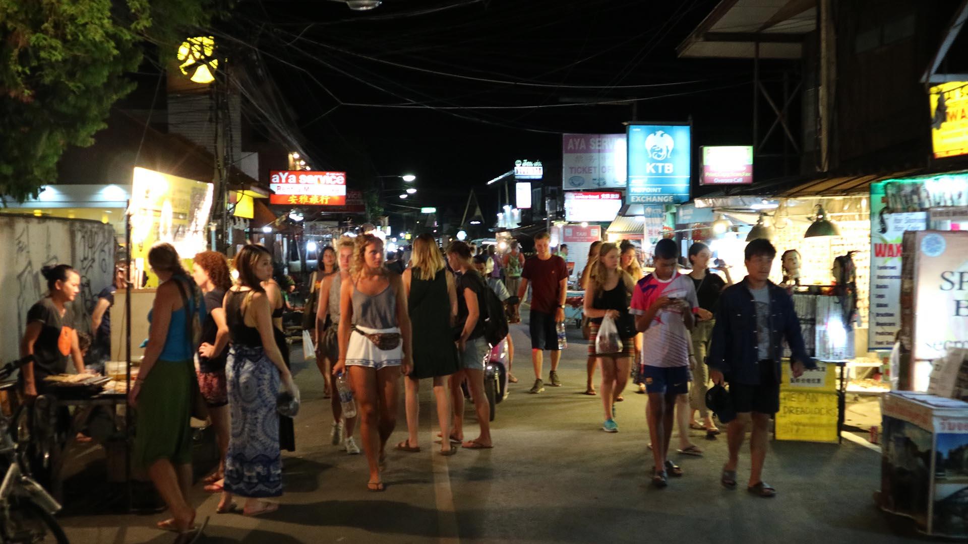 Gece aylak aylak dolaşan turistler